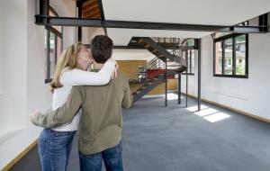 coppia di innamorati nella nuova abitazione, casa